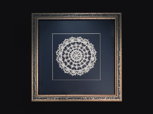 Pag lace circular 15cm in a blue wood frame