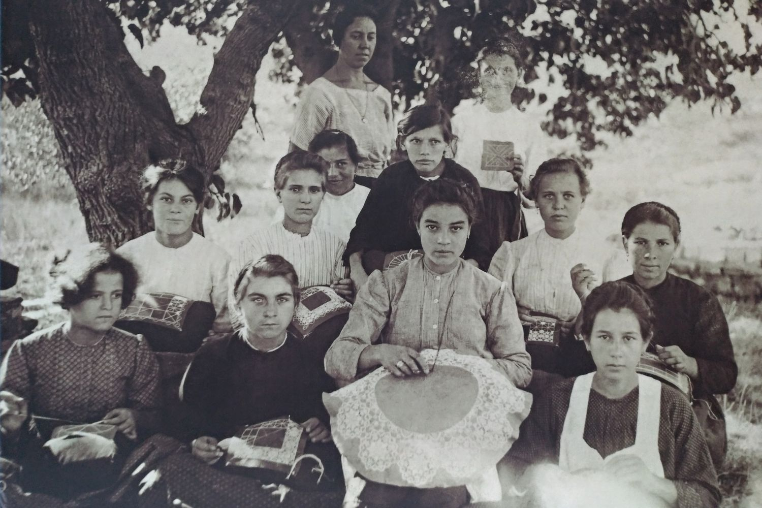 Pag lace school students a hundred years ago
